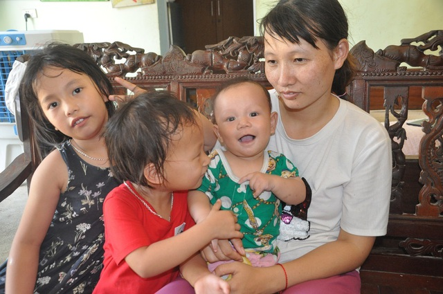 Hơn 40 triệu đồng tiếp tục được trao tặng 4 mẹ con bơ vơ ôm khoản nợ khủng sau cái chết của chồng - 4
