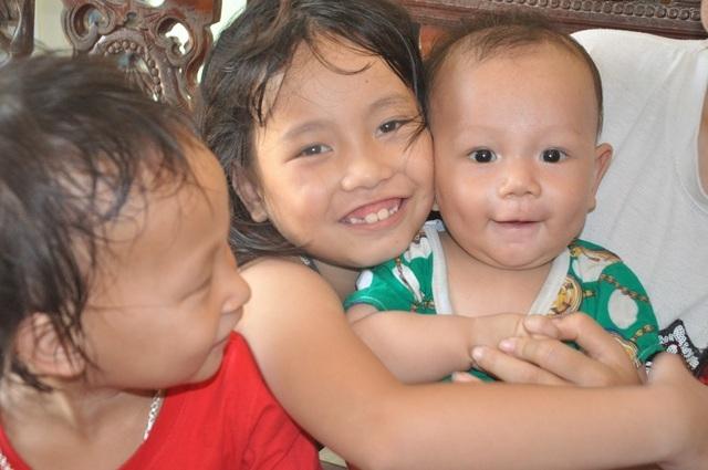 Hơn 40 triệu đồng tiếp tục được trao tặng 4 mẹ con bơ vơ ôm khoản nợ khủng sau cái chết của chồng - 2