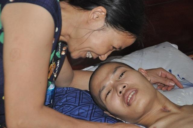 Hạnh phúc vỡ òa của chàng trai trẻ bị viêm não được cứu sống nhờ bạn đọc Dân trí - 4