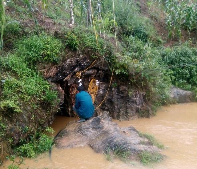 Hôm nay có thể tiếp cận được nạn nhân 8 ngày mắc kẹt dưới hang đá - 1