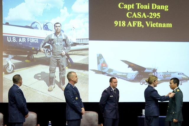 Thượng úy phi công Việt Nam đầu tiên tốt nghiệp khóa huấn luyện phi công tại Mỹ - 1