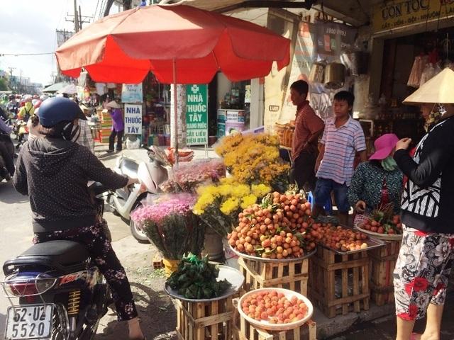 """TPHCM: """"Bát nháo"""" giá bánh ú tro trong dịp Tết Đoan Ngọ - 1"""