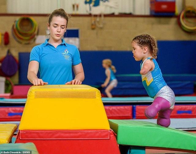 Cảm phục nghị lực của cô bé vận động viên 5 tuổi mất cả tứ chi vì viêm màng não - 8