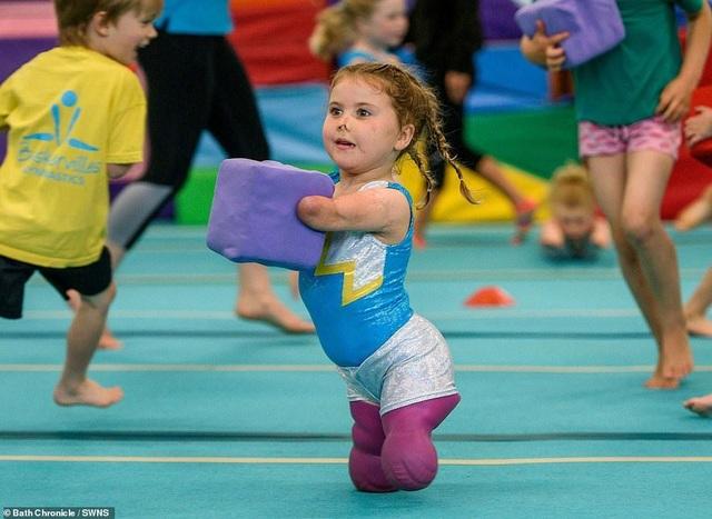 Cảm phục nghị lực của cô bé vận động viên 5 tuổi mất cả tứ chi vì viêm màng não - 9