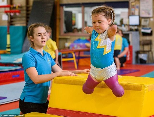 Cảm phục nghị lực của cô bé vận động viên 5 tuổi mất cả tứ chi vì viêm màng não - 10