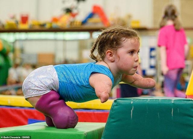 Cảm phục nghị lực của cô bé vận động viên 5 tuổi mất cả tứ chi vì viêm màng não - 11