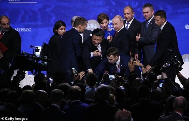 Khoảnh khắc ông Tập Cận Bình suýt ngã trước mặt Tổng thống Putin - 1