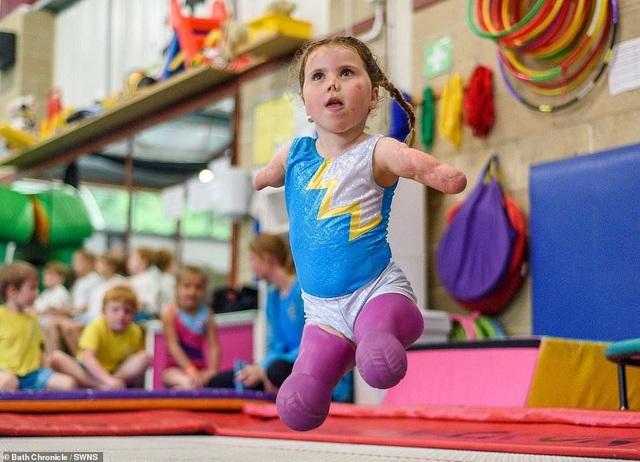 Cảm phục nghị lực của cô bé vận động viên 5 tuổi mất cả tứ chi vì viêm màng não - 1