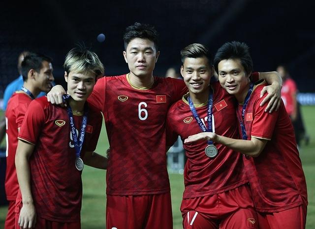 Đội tuyển Việt Nam rạng rỡ với tấm HCB King's Cup 2019 - 9