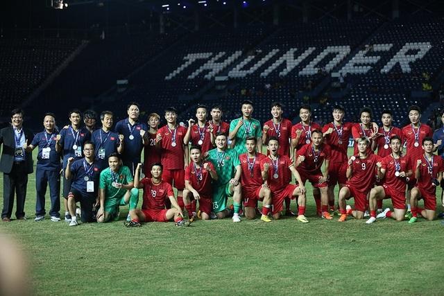 Đội tuyển Việt Nam rạng rỡ với tấm HCB King's Cup 2019 - 1