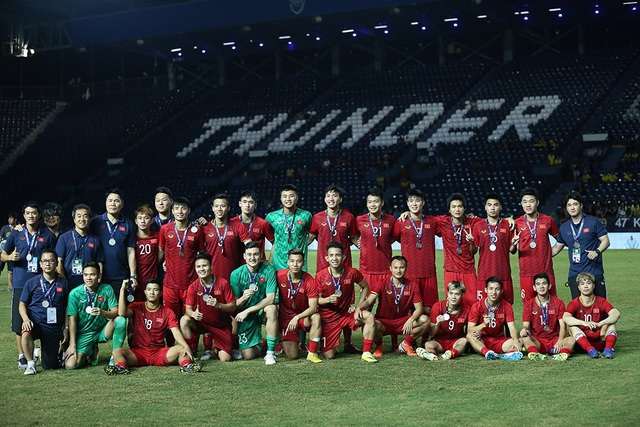 Đội tuyển Việt Nam rạng rỡ với tấm HCB King's Cup 2019 - 2