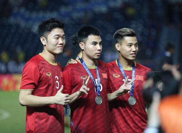 Đội tuyển Việt Nam rạng rỡ với tấm HCB King's Cup 2019 - 8
