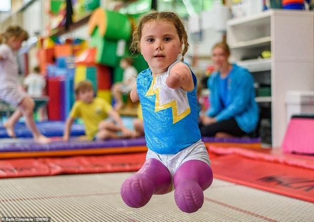 Cảm phục nghị lực của cô bé vận động viên 5 tuổi mất cả tứ chi vì viêm màng não - 6