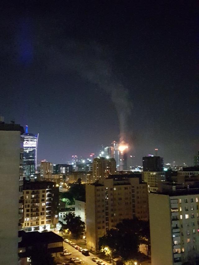 """Tòa tháp chọc trời Ba Lan bốc cháy """"phừng phừng"""" như ngọn đuốc trong đêm - 2"""