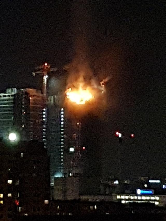 """Tòa tháp chọc trời Ba Lan bốc cháy """"phừng phừng"""" như ngọn đuốc trong đêm - 1"""