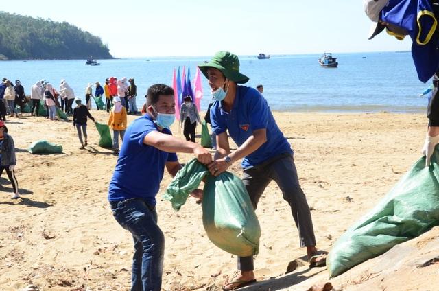 Tuổi trẻ làm sạch biển với chủ đề Tử tế với Đại dương - 2