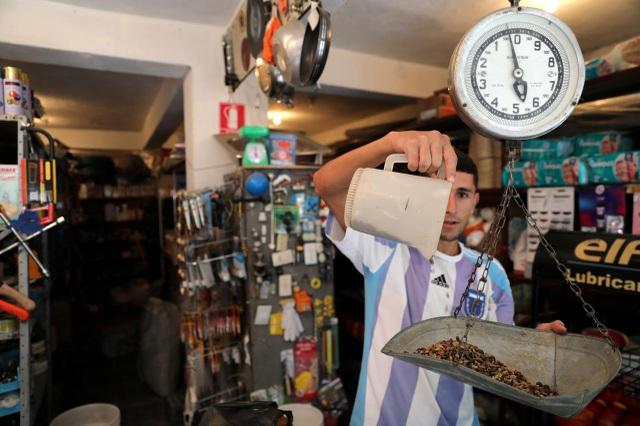 Tiền mặt vô dụng, dân Venezuela lấy hàng đổi hàng như thời nguyên thủy - 1