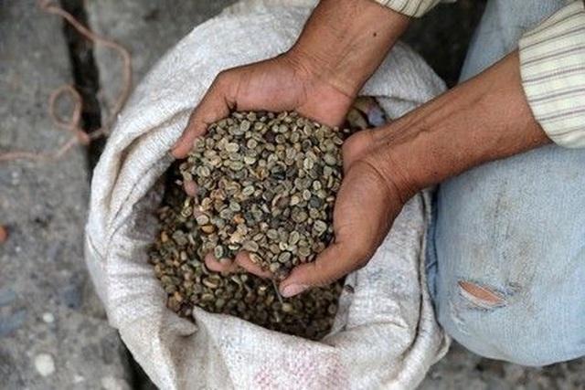Tiền mặt vô dụng, dân Venezuela lấy hàng đổi hàng như thời nguyên thủy - 2