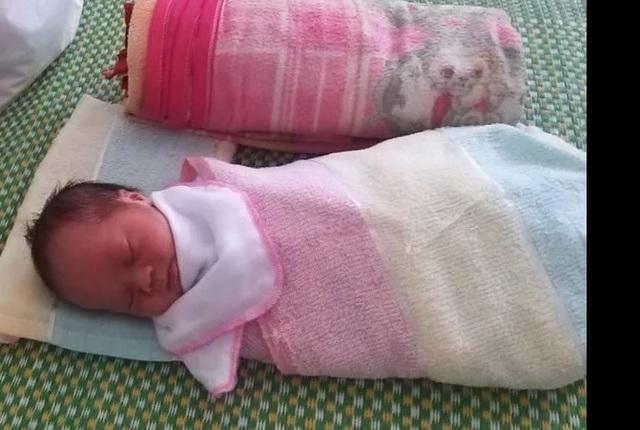 Người phụ nữ đặt cháu bé sơ sinh trên giường bệnh rồi bỏ đi - 1