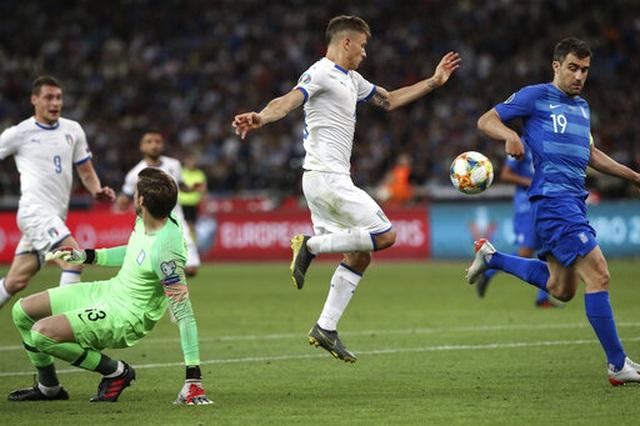 Thắng chóng vánh Hy Lạp, Italia xây chắc ngôi đầu bảng - 2
