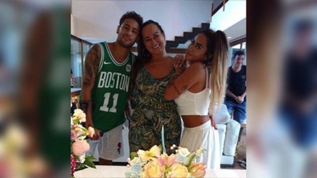 """Con trai bị tố hiếp dâm, mẹ Neymar xin tha thứ cho… """"nạn nhân"""" - 1"""