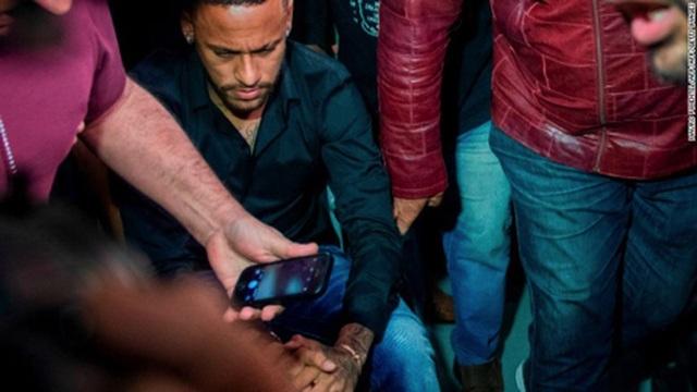 """Con trai bị tố hiếp dâm, mẹ Neymar xin tha thứ cho… """"nạn nhân"""" - 3"""