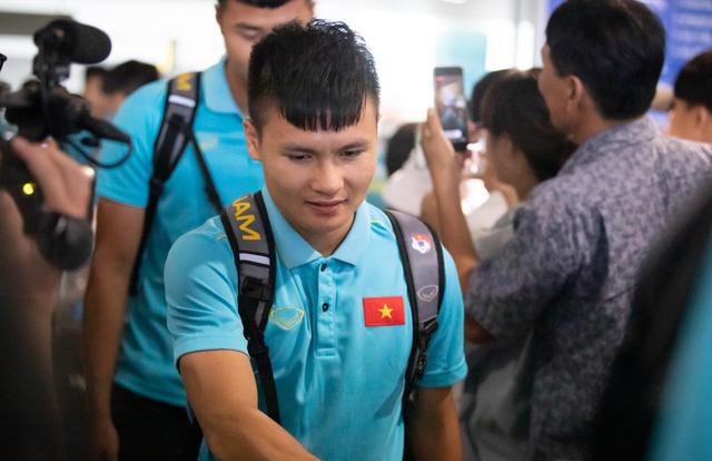 Đội tuyển Việt Nam về đến Hà Nội sau ngôi á quân King's Cup 2019 - 1