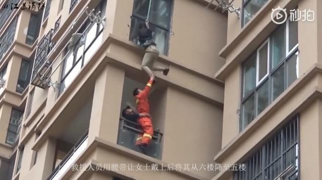 Cô gái liều lĩnh trèo từ tầng 6 chung cư ra ngoài để thoát khỏi bạn trai - 4
