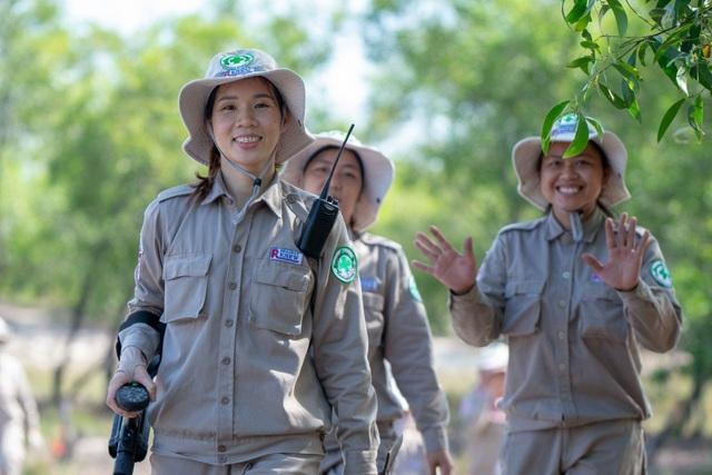 Chân dung đội phá bom mìn toàn nữ tại Quảng Trị trên báo quốc tế - 1