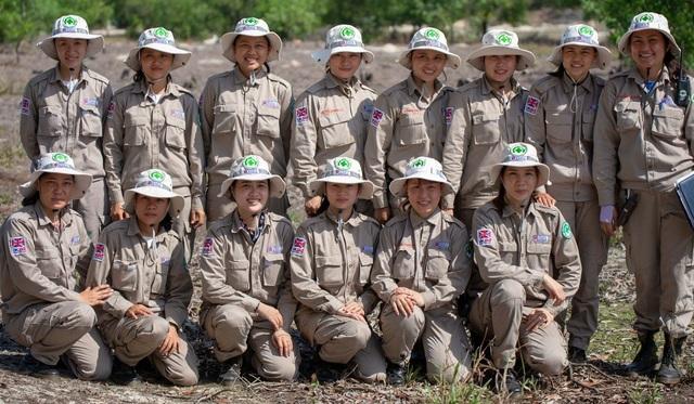 Chân dung đội phá bom mìn toàn nữ tại Quảng Trị trên báo quốc tế - 2