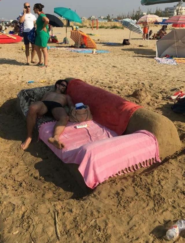 """Những hình ảnh siêu hài hước vô tình """"chộp"""" được trên bãi biển - 2"""