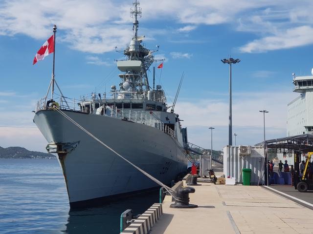 Hai chiến hạm Hoàng gia Canada chính thức thăm Cam Ranh - 4
