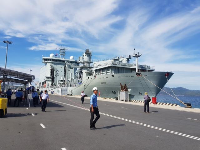 Hai chiến hạm Hoàng gia Canada chính thức thăm Cam Ranh - 2
