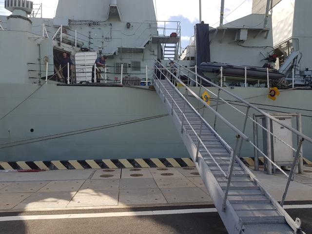 Hai chiến hạm Hoàng gia Canada chính thức thăm Cam Ranh - 5