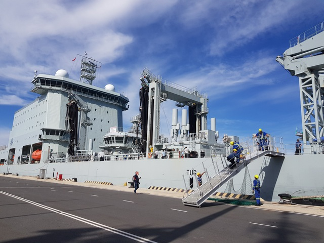 Hai chiến hạm Hoàng gia Canada chính thức thăm Cam Ranh - 3