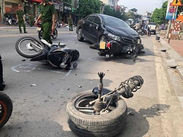 Ô tô con tông đuôi xe bồn, quay compa trên phố, đốn gục nhiều xe máy - 2