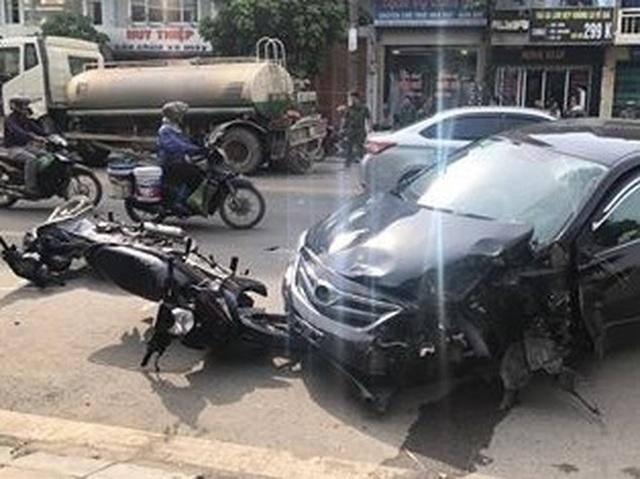 Ô tô con tông đuôi xe bồn, quay compa trên phố, đốn gục nhiều xe máy - 1