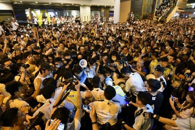 Lãnh đạo Hong Kong tuyên bố không rút dự luật gây tranh cãi - 2