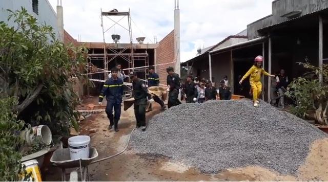 Đào bới khu giàn giáo sập chôn vùi 2 thợ xây, chỉ cứu được 1 người  - 2