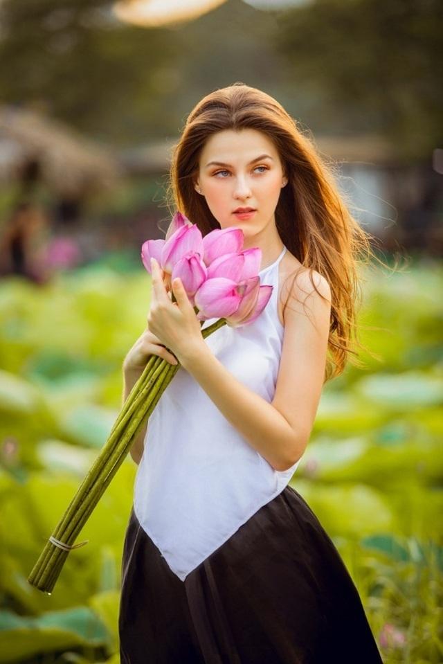 """Bộ ảnh thiếu nữ ngoại quốc thả dáng bên hoa sen gây """"sốt"""" mạng - 1"""