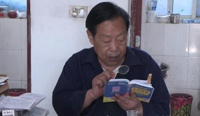 Cụ ông 85 tuổi soi kính lúp học bài, quyết tâm thi Gaokao để vào đại học - 1