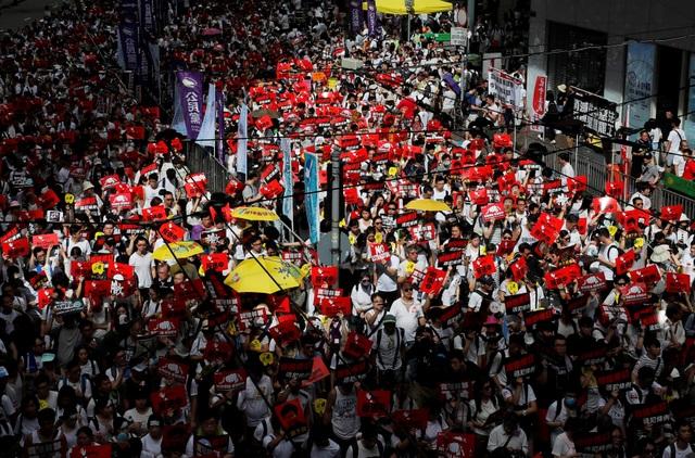Hong Kong đối mặt biển người phản đối dự luật dẫn độ - 13