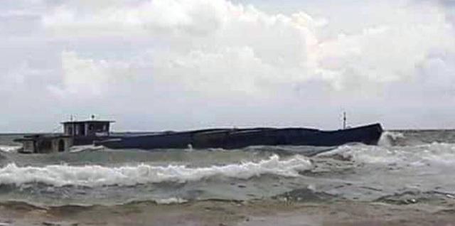 Sà lan chở đá bị sóng đánh chìm trên biển Phú Quốc - 1