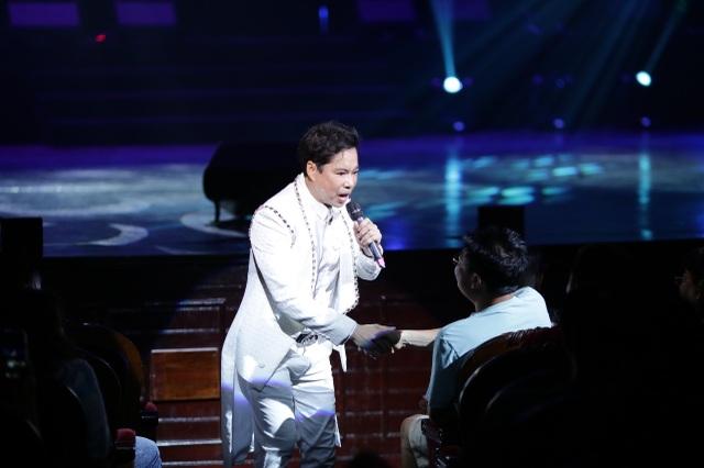 Ngọc Sơn bật khóc trên sân khấu sau 30 năm đi hát - 2