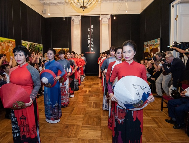 Rực rỡ áo dài Việt Nam, những mẫu thời trang đỉnh cao thu hút công chúng Nga - 2