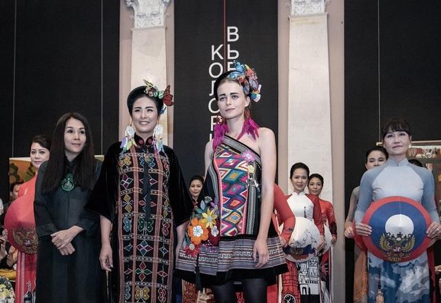 Rực rỡ áo dài Việt Nam, những mẫu thời trang đỉnh cao thu hút công chúng Nga - 1
