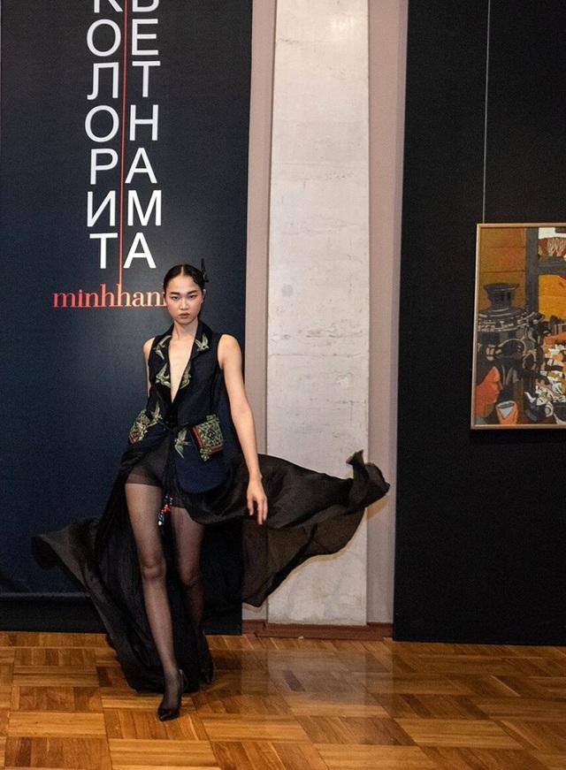 Rực rỡ áo dài Việt Nam, những mẫu thời trang đỉnh cao thu hút công chúng Nga - Ảnh minh hoạ 6