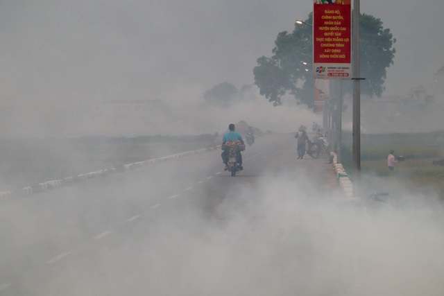 Nhiều tuyến đường ngoại thành Hà Nội mù mịt khói rơm rạ - 5