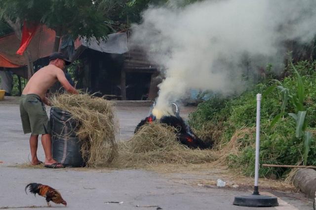 Nhiều tuyến đường ngoại thành Hà Nội mù mịt khói rơm rạ - 12