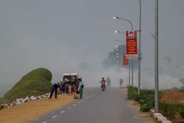 Nhiều tuyến đường ngoại thành Hà Nội mù mịt khói rơm rạ - 1